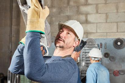 Wie schwer darf man als Arbeitnehmer heben und tragen?